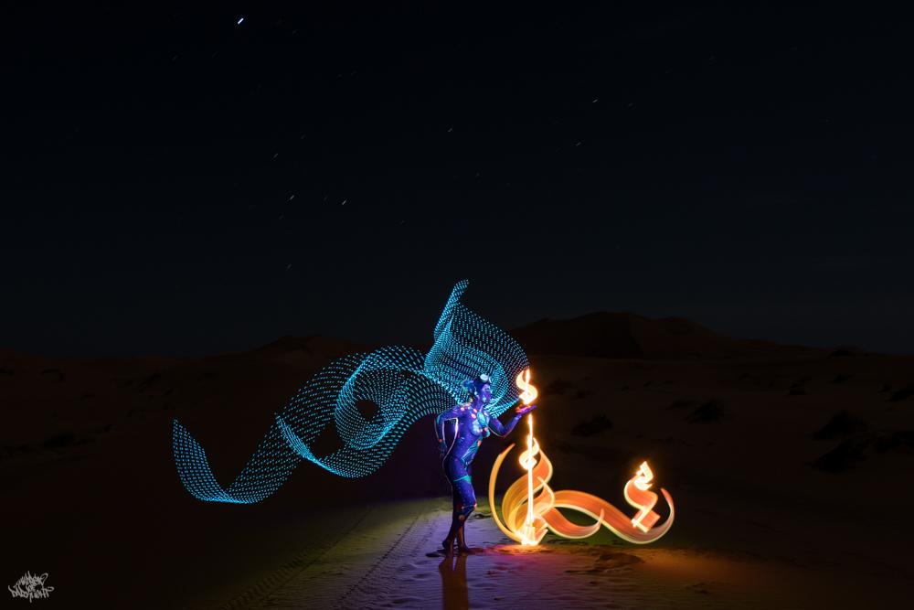 LIGHTPAINTERSUNITED #3 MERZOUGA MEETING 2018. Photo: Frodo DKL (Children of Darklight). Model: Patry Diez. Bodypaint Artist: Sita Vilaça. Lightpainters: Fella Malou & Frodo DKL